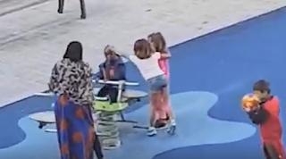 Παιδάκια χτυπούν και βρίζουν άλλο παιδάκι επειδή δεν είναι λευκό! (Βίντεο)