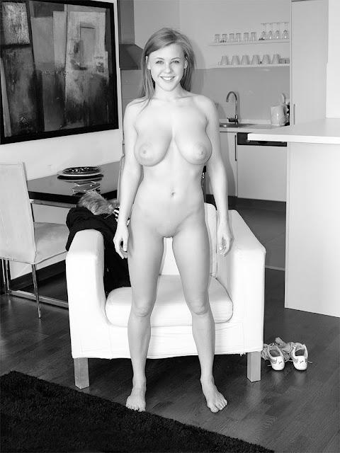 Bild av en naken, glad tonåring med stora bröst