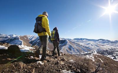 Kembali ke Negeri Paman Sam, Ada sebuah merek perlengkapan pendakian gunung dengan nama Columbia Sportswear Company. Perusahaan ini tidak hanya bergerak di dunia Hiking tapi juga pakaian Olahraga dan pakaian luar.
