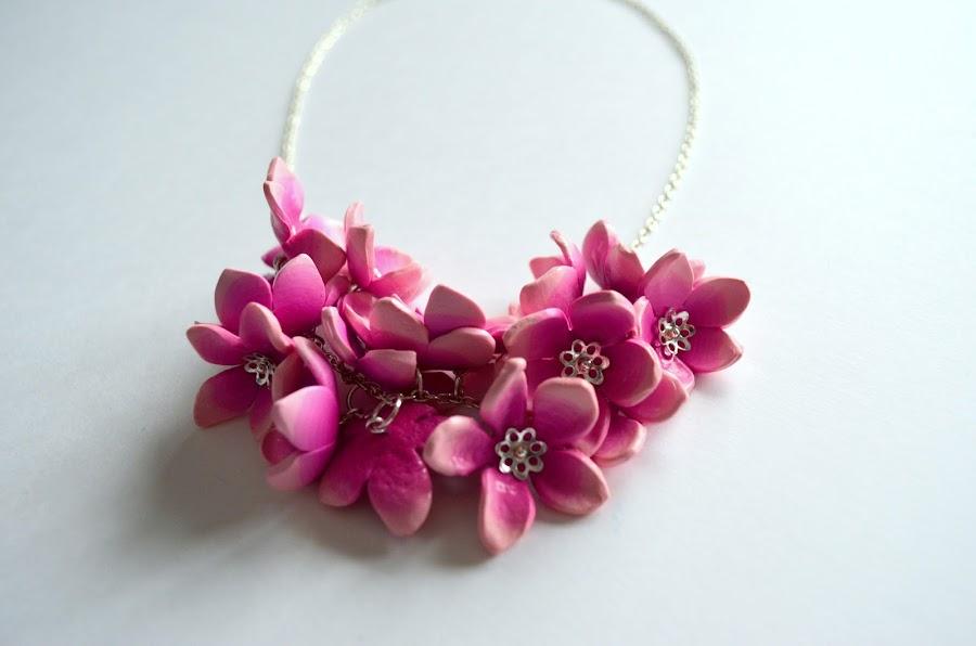collar flores rosas arcilla polimérica