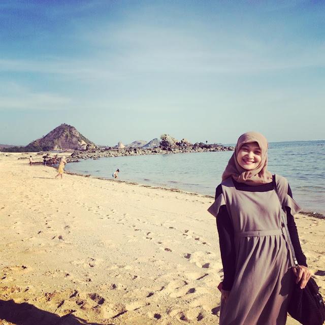 indahnya pantai kuta di lombok
