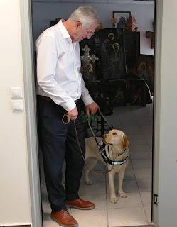 Ο Ανδρέας Παχατουρίδης με σκύλο οδηγό