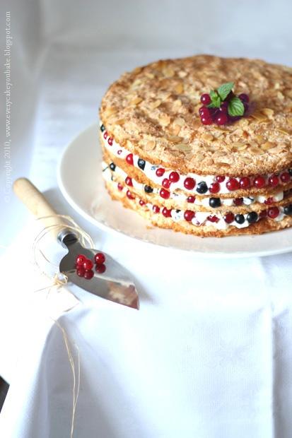 bezowy tort z porzeczkami