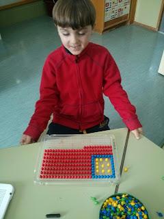 Un niño crea la bandera americana con pinchitos