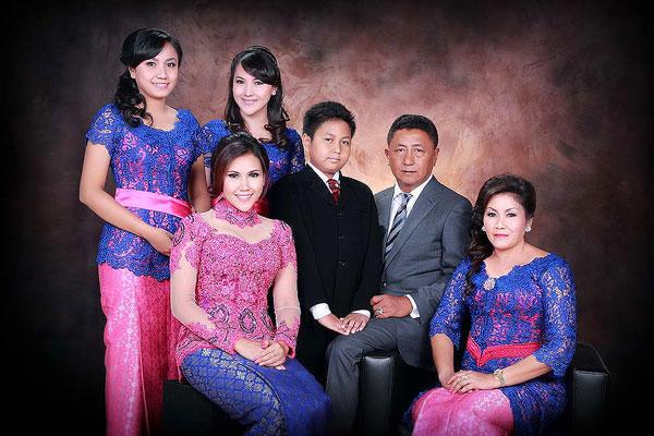 pose foto keluarga di studio paling rapih