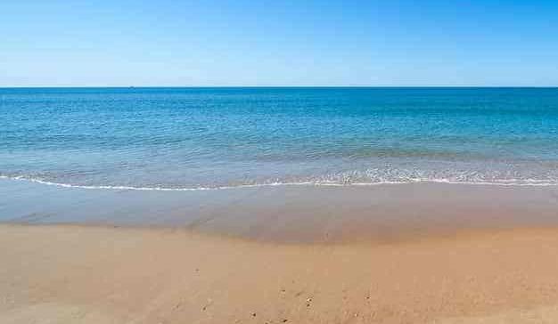 Bañistas se llevan el hachís de un fardo que la marea había sacado a flote