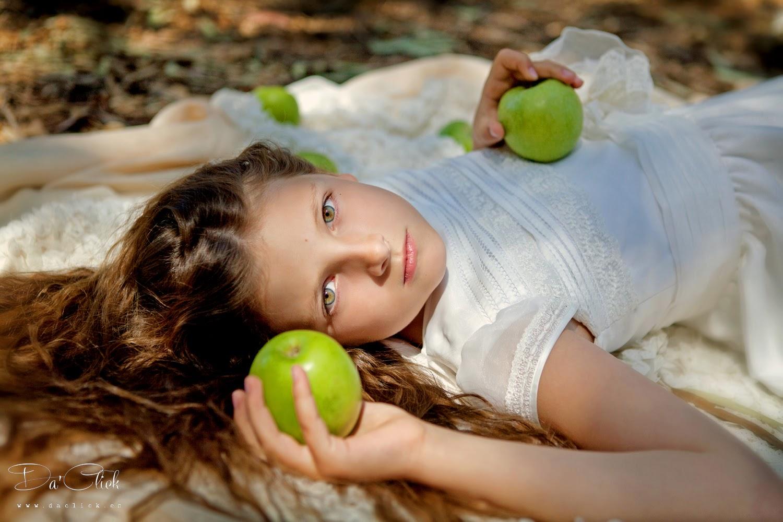 foto de comunión en exterior decorada con manzanas