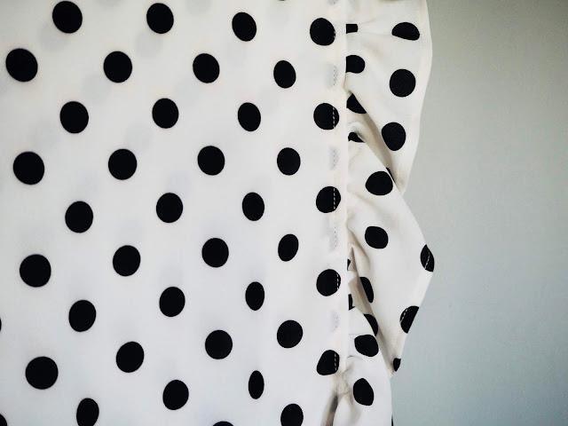 photo-falda-lunares-blanco-negro-sur-la-route-flashdance-camiseta-sandalias negras- Sarenza