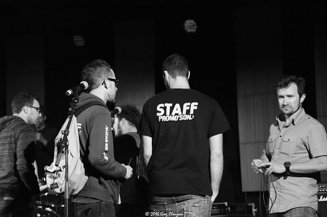 Staff, techos et musiciens sur la scène du Festival Pour un Autre Monde 77