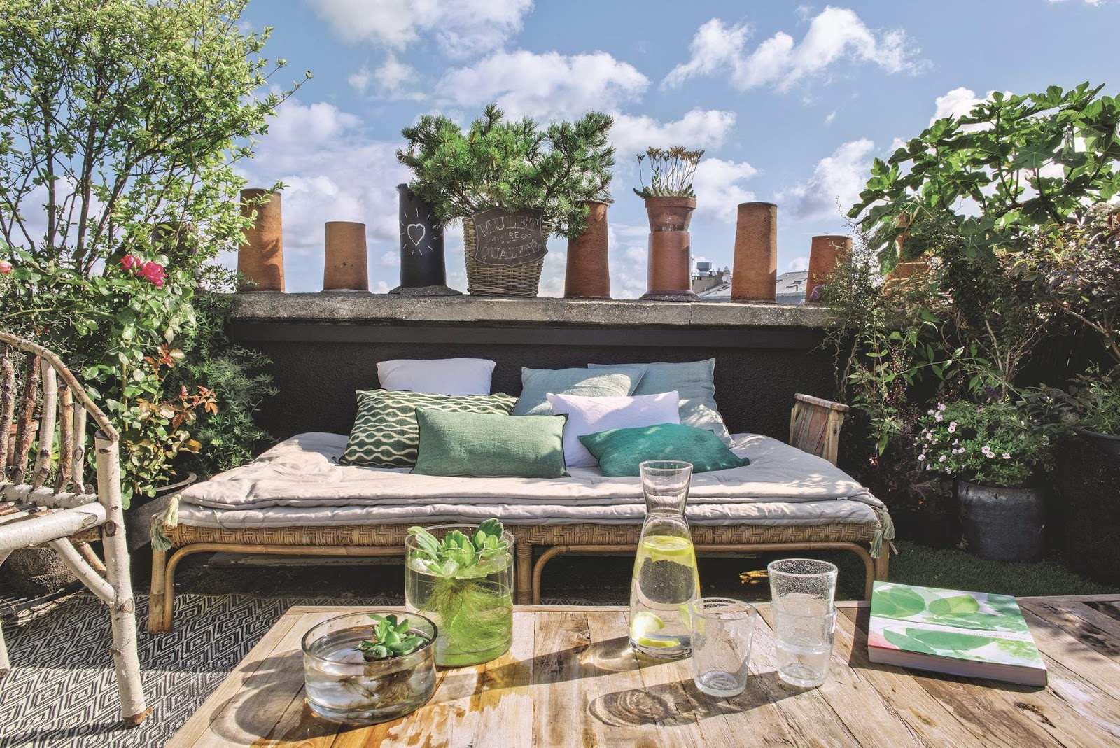 Decordemon an apartment with garden on the roofs of paris for Bar exterieur paris