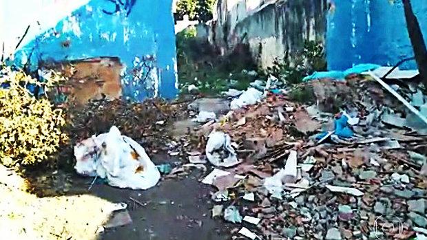 Em São João de Meriti, escola vira depósito de entulho e lixo
