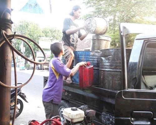 oli bekas di daur ulang oleh pengepul