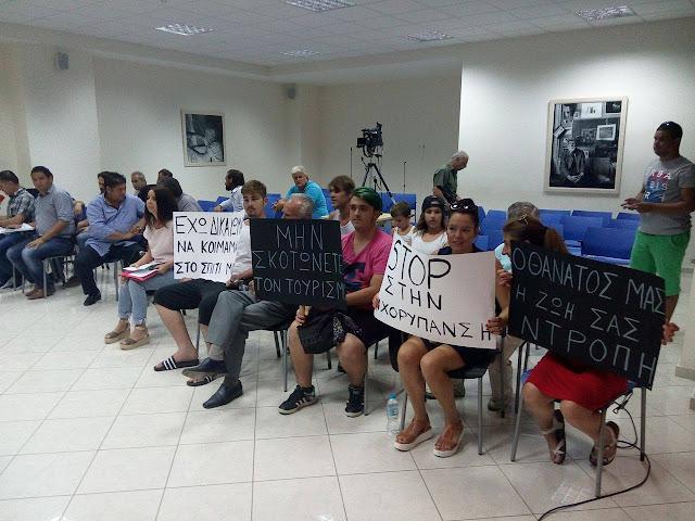 Εντάσεις, τουρίστες με πλακάτ και διακοπή στο Δημοτικό Συμβούλιο Ηγουμενίτσας (ΒΙΝΤΕΟ)