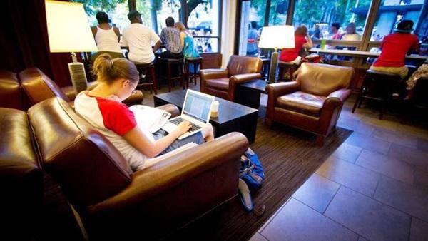 Garota usa rede Wi-Fi pública para conectar o seu notebook na Internet