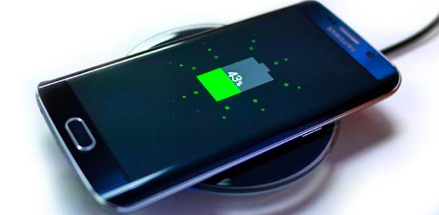 """Masih ingat dengan kasus ledakan Galaxy Note 7 beberapa tahun lalu? Ketika itu masalah produksi pada komponen baterai pada Galaxy Note 7 disinyalir menjadi penyebab utama meledaknya perangkat.  Kasus tersebut bukan yang pertama kali terjadi dan tidak hanya menimpa satu merek ponsel saja. Bahkan kasus ponsel terbakar atau meledak juga pernah terjadi pada smartphone mahal macam iPhone sekalipun.  Baca juga: Kasus Pertama iPhone XS Max Terbakar, Sampai Bikin Celana Bolong  Sebabnya, baterai jenis lithium-ion yang umum digunakan di ponsel dan perangkat mobile modern lainnya memang rawan terbakar atau meledak apabila rusak atau terekspos suhu tinggi.  Ada beragam penyebab mengapa sebuah ponsel dapat meledak, seperti misalnya korsleting atau adanya kesalahan saat pengisian daya. Salah satu penyebab yang sering muncul adalah panas berlebih pada bagian dalam ponsel yang kemudian memicu terjadinya ledakan.  Misalnya, baru-baru ini seorang wanita asal Thailand mendapati ponselnya meledak setelah ditinggalkan di dalam mobil ketika siang bolong. Perangkat tersebut rupanya kepanasan karena terpapar cahaya matahari terus-menerus.    Bagaimana cara mencegah agar ponsel tak meledak? Ada beberapa tips yang bisa diikuti. Simak selengkapnya berikut ini, sebagaimana dirangkum KompasTekno dari Times Now News, Jumat (26/4/2019).  1. Jangan pakai saat sedang di-charge  Sebaiknya jangan menggunakan ponsel dalam kondisi sedang diisi baterainya  Saat di-charge, bagian dalam ponsel -terutama baterai- akan mengalami peningkatan suhu.  Nah, ketika ponsel digunakan secara bersamaan dengan pengisian baterai, suhu akan meningkat lebih jauh karena sistem charging semakin terbebani dengan daya yang terkuras. Terlebih kalau penggunaanya """"berat"""" seperti untuk bermain game.  Baca juga: 10 Hal yang Bikin Baterai Android Tidak Cepat Terisi  Kondisi ini disebut """"parasitic load"""" dan sebaiknya dihindari karena ikut berdampak buruk pada ketahanan baterai, di samping meningkatkan suhu.  2. Gunakan charger asl"""