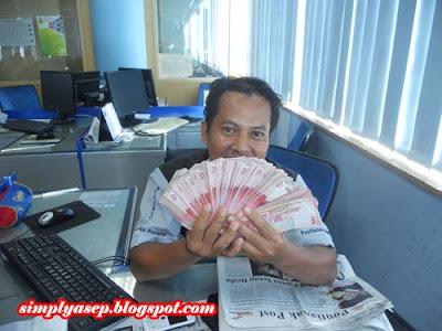 GAYA : Ini apa? Duit sodara sodara.  Ini bukan uang saya. Saya cuma gaya aja sama gepokan uang milik rekan kerja saya.  Foto Kessusanto Liusvia.