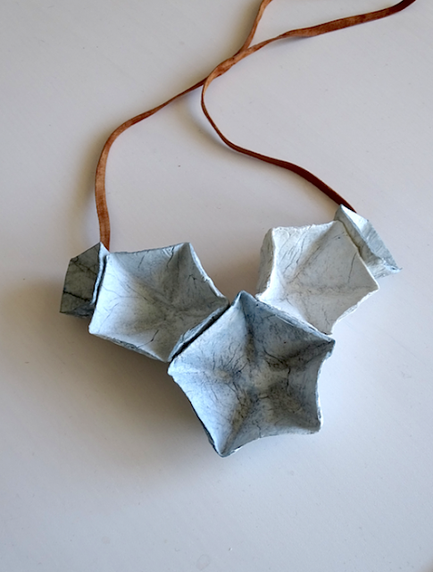 Gioielli di carta 2018,  collana modulare geometrica  di Alessandra Fabre Repetto