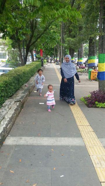 Jalan Kaki Di Pedestrian Bandung
