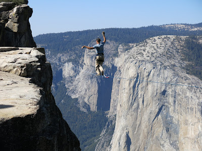 https://upload.wikimedia.org/wikipedia/commons/e/e0/Man_highlining_in_Yosemite_National_Park_with_El_Capitan_in_the_background.JPG