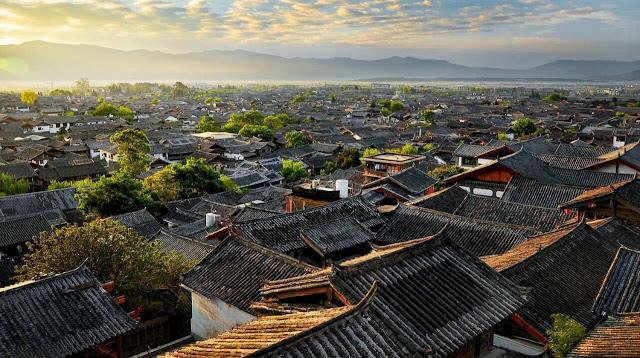 Lệ Giang nổi tiếng với Đại Nghiên Thành, sông Ngọc Hà, phủ Mộc, lầu Ngũ Phường.. tiêu biểu của kiến trúc giao thoa giữa nhiều dân tộc: Hán, Bạch, Tạng, Nạp Tây và được xem như báu vật tiêu biểu cho nền kiến trúc cổ đại Trung Hoa.