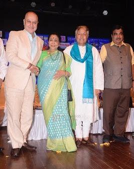 Anupam-Kher-Asha-Bhosle-Nitin-Gadkari