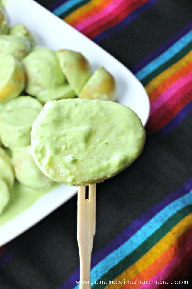 Papas en salsa cremosa de cilantro servidas en un platón blanco. By www.unamexicanaenusa.com