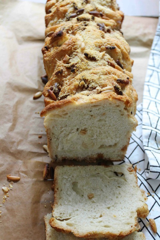 Pull apart bread mit Knoblauch und Pinienkernen