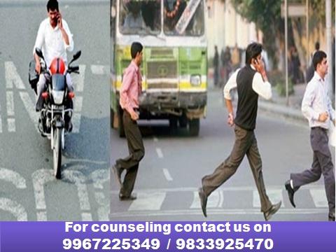 रस्त्यावरुन चालताना फोनवर बोलत असाल ? तर सावधान!
