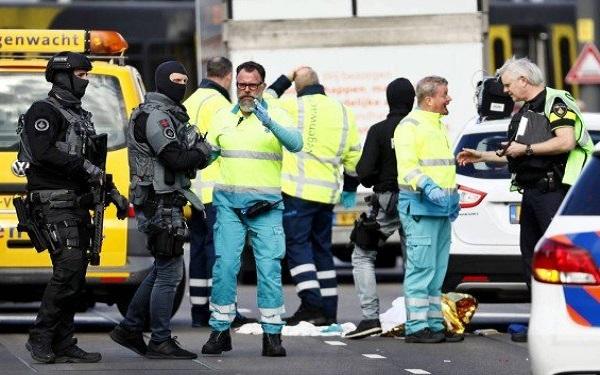Polícia e socorristas em Utrecht, onde aconteceu o ataque (Imagem: Robin Van Lonkhuijsen/AFP)