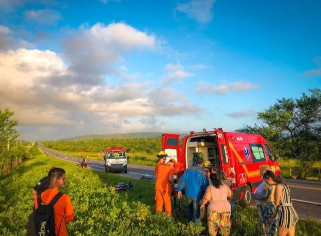 Em Santana do Ipanema, colisão entre carro e moto deixa dois homens feridos na BR-316