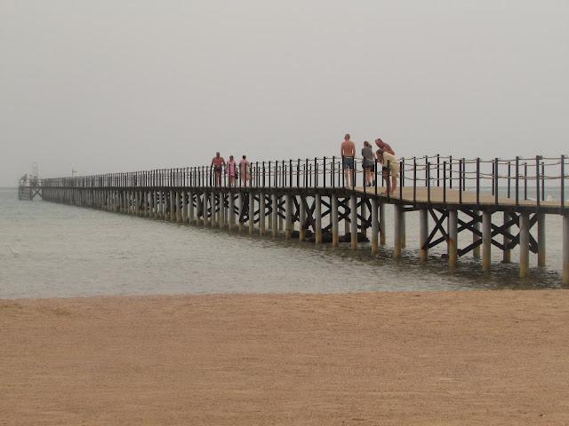 мост на пляже Regency Plaza
