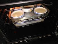 Introducimos los cuencos al horno en bandejas con agua