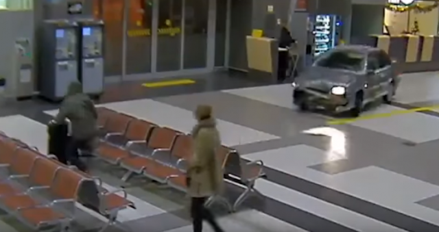 Ebrio en Rusia se mete con todo y automóvil a un aeropuerto