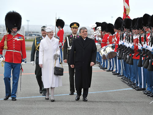 Türkçe  President Gül in Denmark 17.03.2014 Yazdır Yazıları Büyült Yazıları Küçült President Gül in Denmark     President Abdullah Gül, accompanied by First Lady Hayrünnisa Gül, has arrived in Denmark to pay a state visit at the invitation of Her Majesty Queen Margrethe II.  President Gül was welcomed with an official ceremony.  The Presidential plane, upon entering the Danish airspace, was escorted by two F-16 military jets belonging to the Royal Air Force.