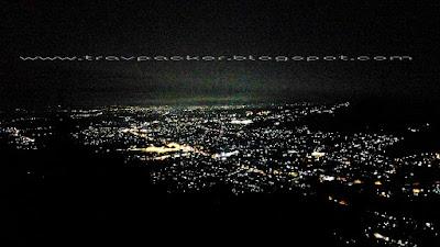 Keindahan kota batu di malam hari dari gunung banyak