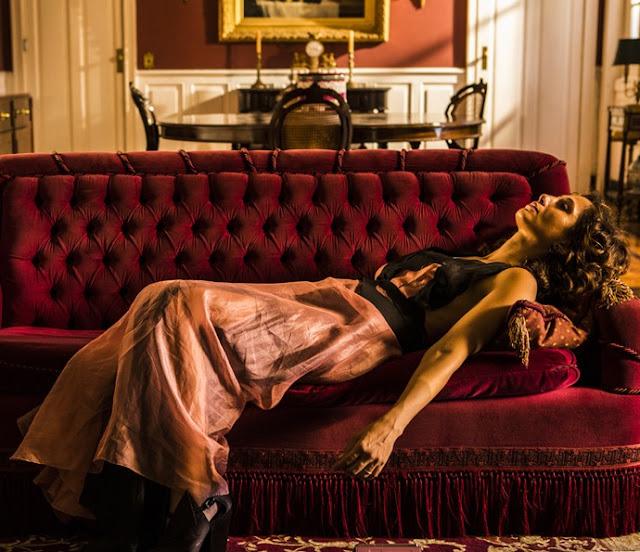 Cena Maria Tereza deitada no sofá