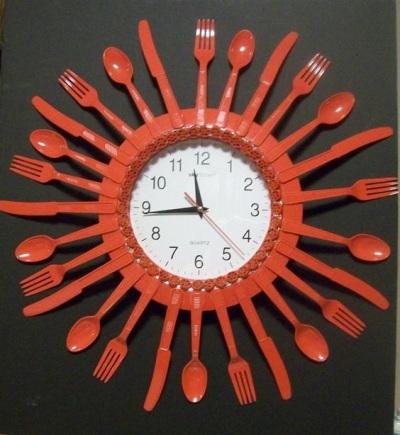 Jam dinding terbuat dari sendok, garpu, dan pisau plastik