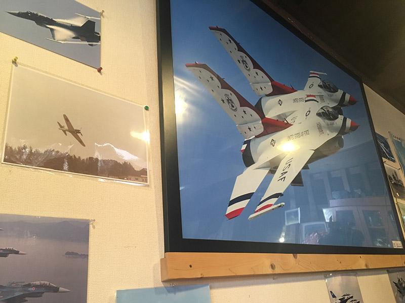 静岡県佐鳴湖畔にある喫茶店『喫茶飛行場』の店内には飛行機の写真が多数
