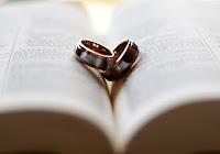 Fedi poggiate sulla Bibbia simbolo della relazione sponsale con Dio.