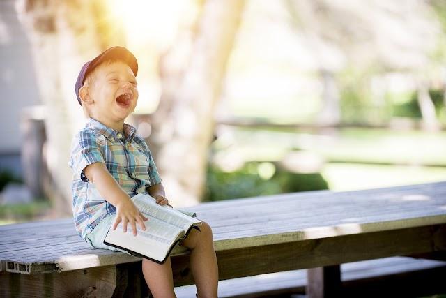 La preghiera che osserva, tocca e si alza le maniche: è quella dei bambini!