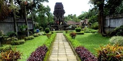 berada di pinggir jalan raya Tumpang ke Tajinan Candi Kidal Tumpang, Malang, Jawa Timur