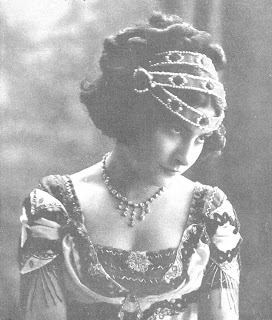"De Amadeu Mariné i Vadalaco (1878-1935) - (1911-03-02). ""Margarita Xirgu"". Nuevo Mundo (895). ISSN 1699-8677., Dominio público, https://commons.wikimedia.org/w/index.php?curid=54739847"
