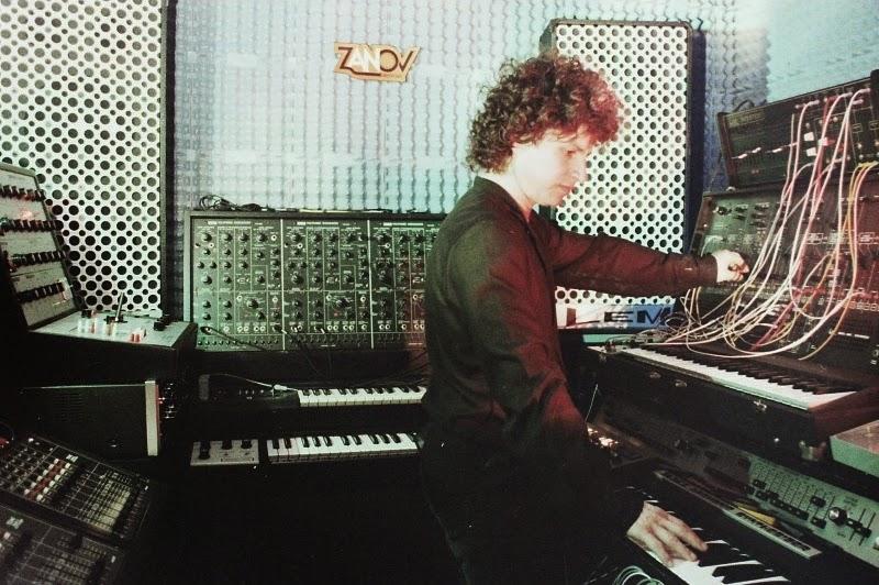 Zanov en el estudio privado de música electrónica en su apartamento de Plaisir (París), en 1980 con los sintetizadores EMS VCS3, Korg PS-3300, ARP 2600/ARP Sequencer y RMI Harmonic Synthesizer