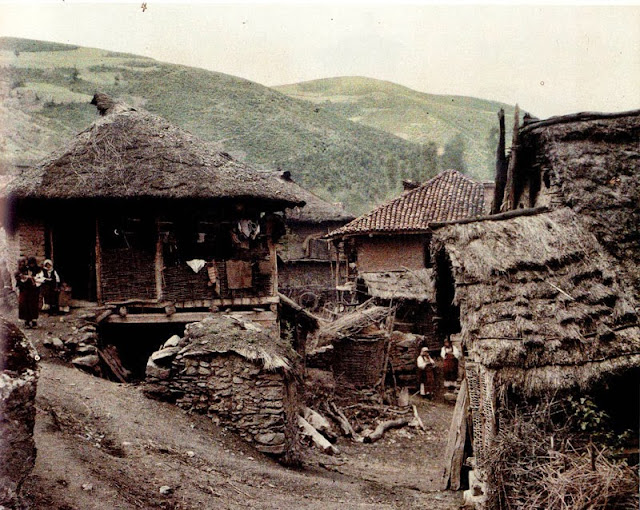 A house in the Gorna neighborhood. The house is built according to the bondrug technique. The building is made of wood and raw brick with a roof of rye straw. - - Macedonia in 1913