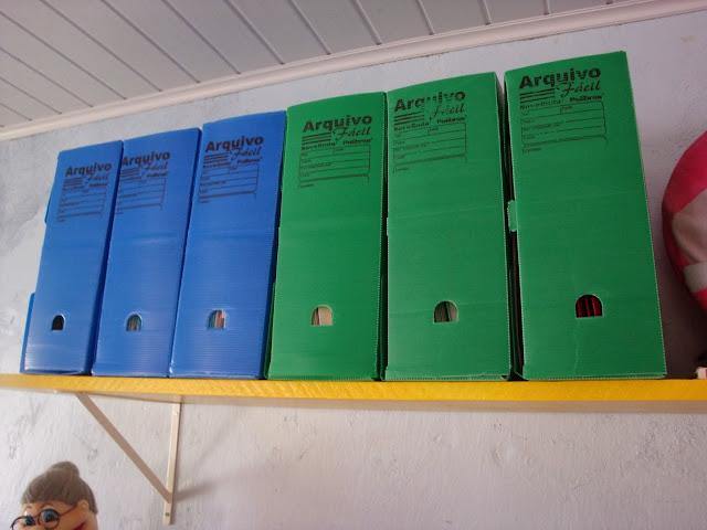 Prateleiras e caixas de arquivo coloridas