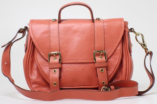 Sempre ligada nas tendências, a Guapa Loca, da designer Janaina Gradvhol,  criou seu modelo de bolsa no estilo carteiro, de couro, e na cor rosa. a05b2d3182