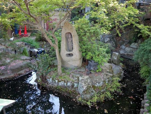 放生池の小島