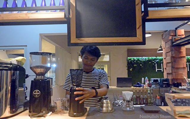 Barista di Homi Coffee sedang membuat pesanan kopi