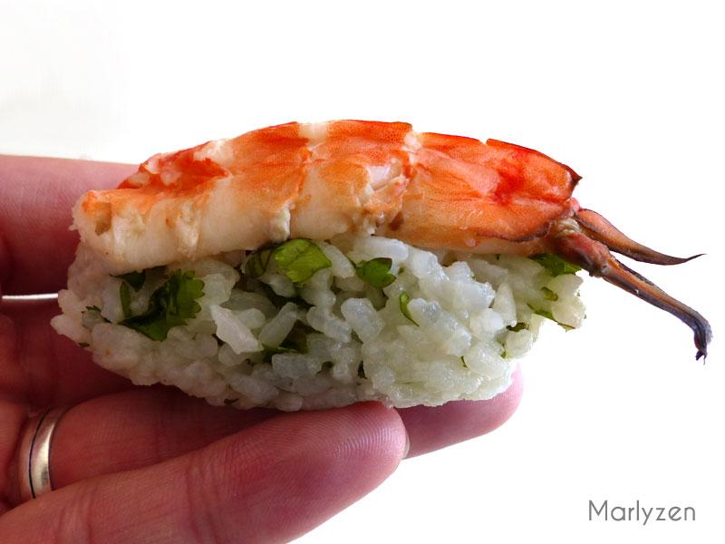 Posez une crevette à plat sur une boule de riz à la coriandre.