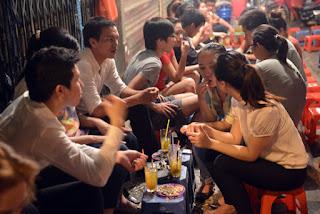tra da - street drinking in Vietnam 3